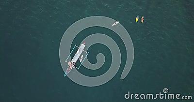 Sicht auf Surfer und Boot aus der Luft stock video