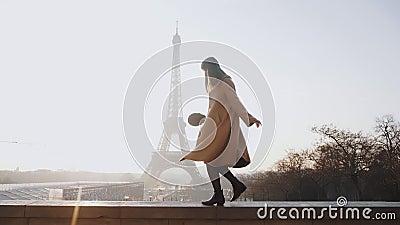 Sida vid sida - en vacker, lycklig kvinna som gör en rolig danspromenad på den romantiska solnedgången Eiffel Tower sky panorama  stock video