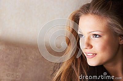 Sidelong flüchtiger Blick mit Lächeln