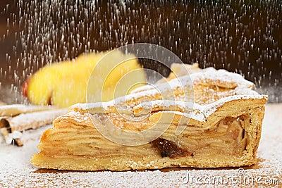 Sieben des Zuckerpuders über Apfelkuchen
