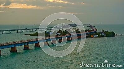 Sieben-Meilen-Brücke bei Sonnenuntergang an einem windigen Tag stock footage