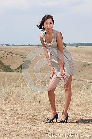 Signora abbastanza giovane sulle colline del prato