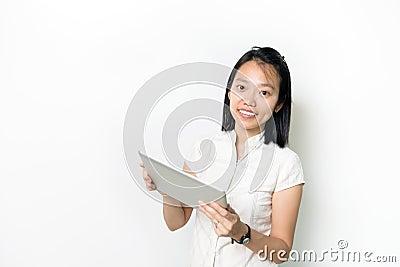 Signora asiatica con il blocchetto per appunti