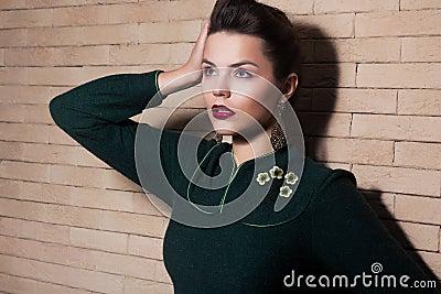 Signora castana elegante imponente - femminilità ed armonia