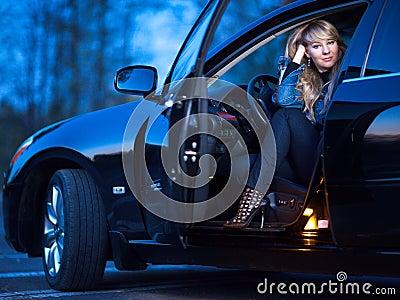 Signora in un automobile