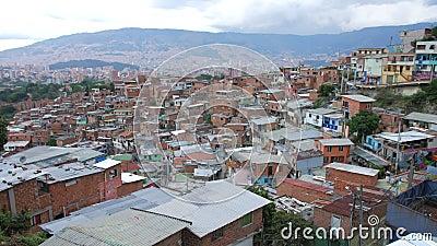 Sikt av grannskapen i 'Comuna 13' Medellin Colombia med centret i bakgrund som panorerar skottet stock video