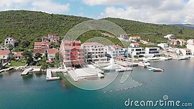 Sikt av hotellet med den lyxiga yachtmarina Modern port i medelhavet samtida living lager videofilmer
