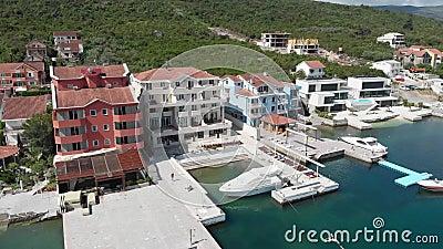 Sikt av hotellet med den lyxiga yachtmarina Modern port i medelhavet samtida living arkivfilmer