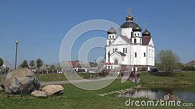 Sikt av omgestaltningkyrkan, Sunny April dag Smorgon Vitryssland stock video