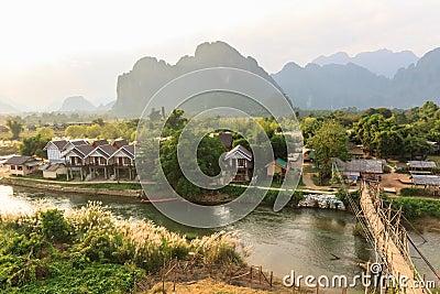 Sikt av träbron över flodsången, Vang vieng, Laos.