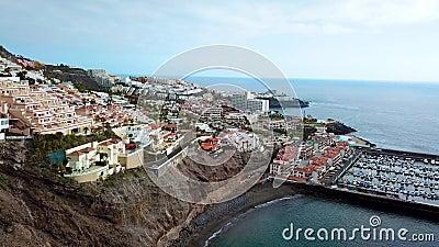 Sikt från höjden av staden nära Los Gigantes på den atlantiska kusten Tenerife, kanariefågelöar, Spanien lager videofilmer