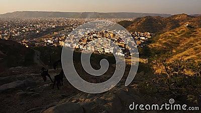 Sikt på den jaipur pinkcityen med färgrika fasader och detaljer från kullen av templet lager videofilmer