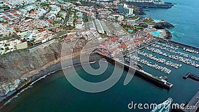 Sikten från höjden av staden nära Los Gigantes på det atlantiska kustfartyget går tillbaka till porten Tenerife kanariefågel lager videofilmer