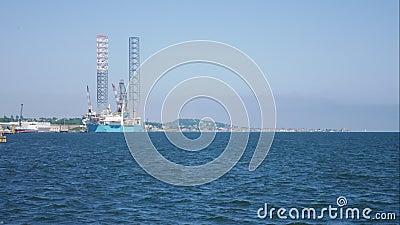 Sila upp riggen för olje- borrande i skeppsvarven för underhåll i Dundee, Skottland, UK lager videofilmer