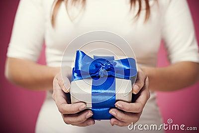 Silberne Geschenkbox mit blauem Bogen