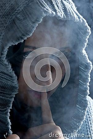 Silence ! Femme caché dans la fumée