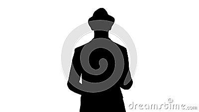 Silhouet In modieuze positieve vrolijke mens die toevallig overhemd dragen en sunhat en aan camera lopen spreken stock videobeelden