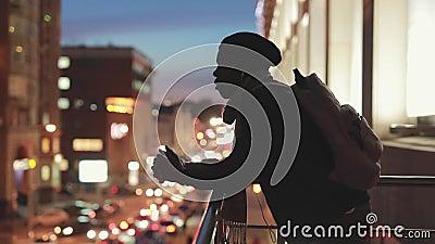 Silhouet van de mens die aan cityscape nacht bekijken die en over toekomst denken dromen stock footage