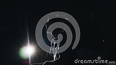 Silhouet van een jongen Een kind speelt een videospelletje Hij let op TV Koele lengte vermaak stock videobeelden