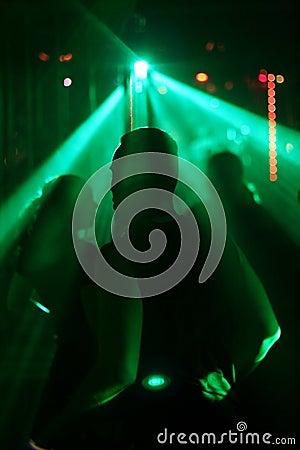 Silhouet van het dansen tienerjaren, dat op de mannelijke danser wordt geconcentreerd