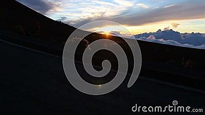 Silhouetmens die bij Zonsondergang lopen stock footage