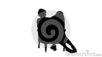 Silhouette Cute, ragazzina seduta in grembo di sua madre mentre parla su un'intervista con un cellulare archivi video