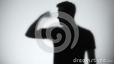 Silhouette de hombre de confianza mostrando biceps, bodybuilding y fitness, de cerca metrajes