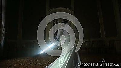 Silhouette de la jeune mariée assez joyeuse jouant avec le lightsaber Épouser dans le style de Star Wars clips vidéos