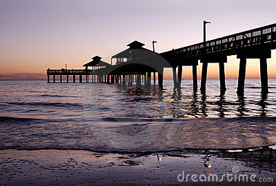 Silhouette de pilier de pêche au crépuscule