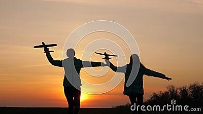 Silhouette der im Flugzeug spielenden Kinder Flugträume Happy-Child-Konzept Zwei Mädchen spielen mit einem Spielzeugflugzeug stock video footage