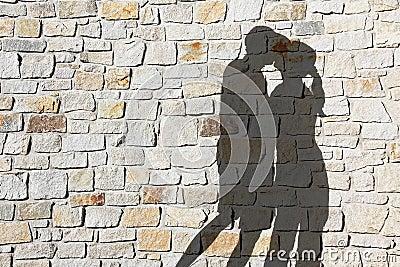 Le père de son amie la baise contre le mur -