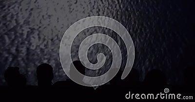 Silhouette des visionneuses dans le cinéma tout en observant un documentaire clips vidéos