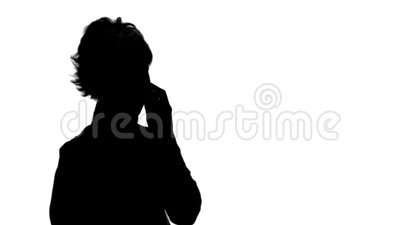 Silhouette Happy businesswoman parla al telefono con l'uscita della rubrica stock footage