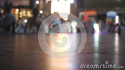 Silhouette-kinderen op een disco tijdens de lasershow met lichtstralen Dwazige nachtclub kinderen genieten van muziek stock videobeelden