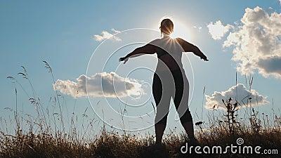 Silhouette plus kobieta robiąca ćwiczenia na zewnątrz zbiory
