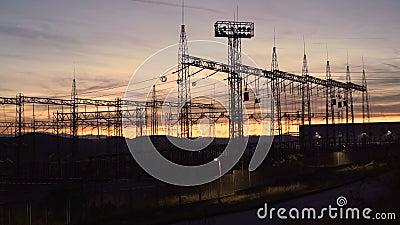 Silhouette Torres eléctricas de alto voltaje al atardecer Líneas de alimentación de alto voltaje Estación de distribución de elec almacen de video