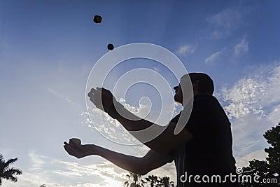Silhouetted jonglera tonåring