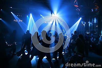 Silhouetten van dansende tieners