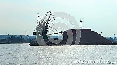 Silhouetten van havenkranen en dokken op kust, industriële infrastructuur stock videobeelden