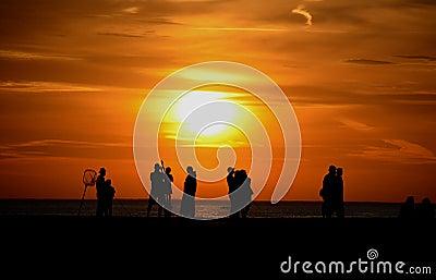 Silhouetten van mensen op pijler