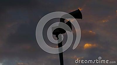 Silhueta da sirene mecânica velha da defesa civil, igualmente conhecida como a sirene da ataque aérea repentina ou a sirene do fu video estoque