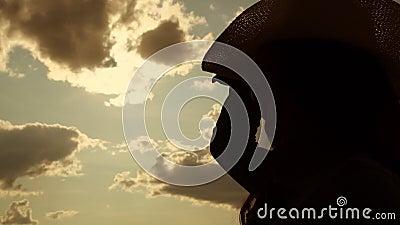 A silhueta de menina de cabelo longo põe uma vista de perto no chapéu de vaqueiro vídeos de arquivo