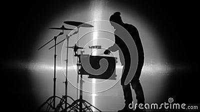 A silhueta do baterista no ponto da luz video estoque