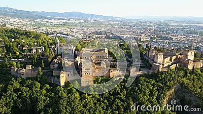 Silhueta do homem de negócio Cowering Alhambra Palace em uma noite ensolarada bonita Granada, spain