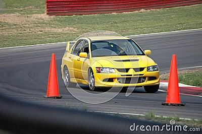 Silla de manos de la evolución de Mitsubishi que conduce en curso de raza