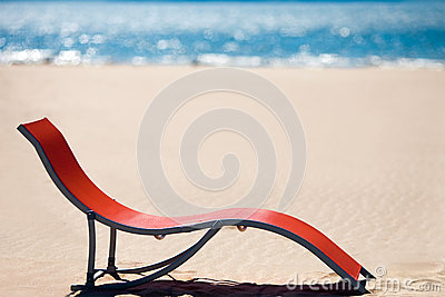 Silla de playa en la playa tropical idílica de la arena