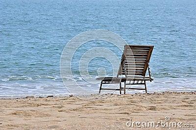 Silla del resto en arena de mar