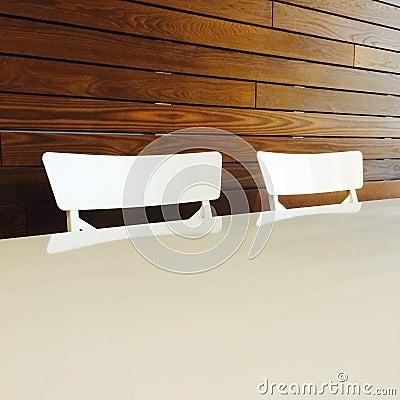 Sillas blancas y tabla del estilo moderno foto de archivo for Sillas estilo moderno