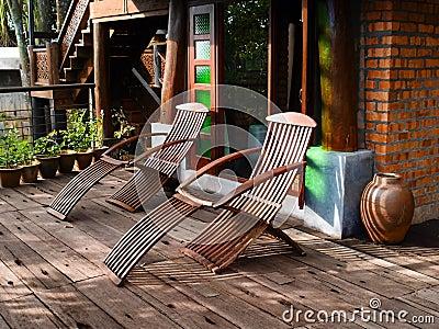 Sillas de descanso de madera en patio im genes de archivo - Sillas de patio ...