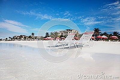 Sillas de salón en la playa tranquila de la bahía de la tolerancia